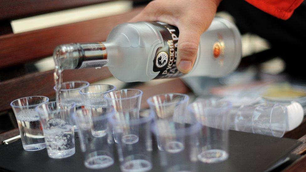 Botella de Vodka y vasos.