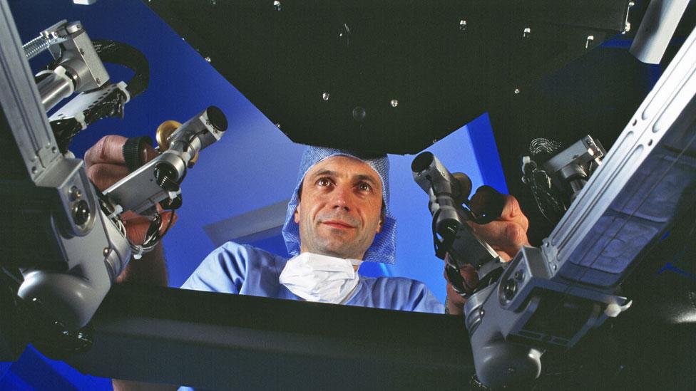 Cirujano con robot