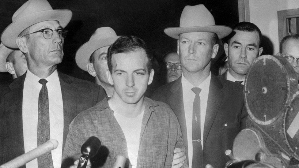 Oswald escoltado por la policía