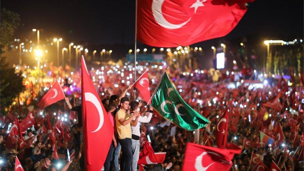 مشاركون في مسيرات في ذكرى محاولة الانقلاب