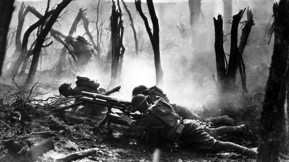 Miembros del grupo de la 23ª Infantería, disparando durante un avance contra posiciones alemanas 1918. (Foto: Ejército de EE.UU.)