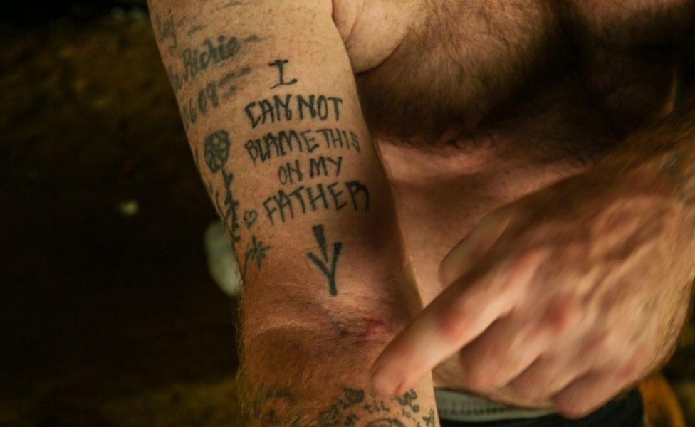 Un tatuaje que dice: