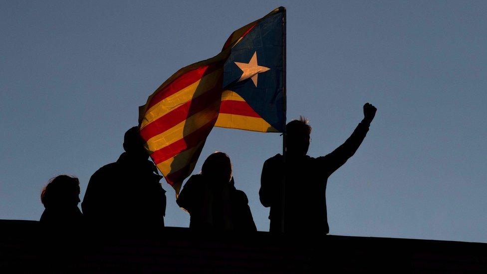 """Los manifestantes corearon """"Puigdemont, presidente"""" y cantaron un villancico tradicional, """"El canto de los pájaros"""", que está asociado con los catalanes llevados al exilio político."""
