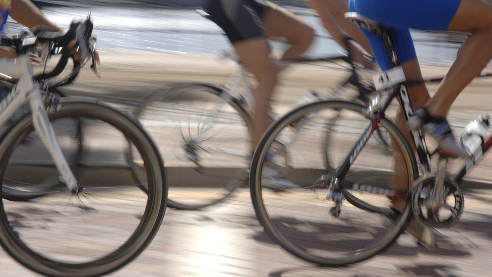 La licra tiene características que ofrece un gran beneficio para la actividad deportiva.