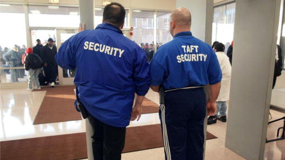 Guardias armados cuidan gran parte de los centros educativos de Estados Unidos.