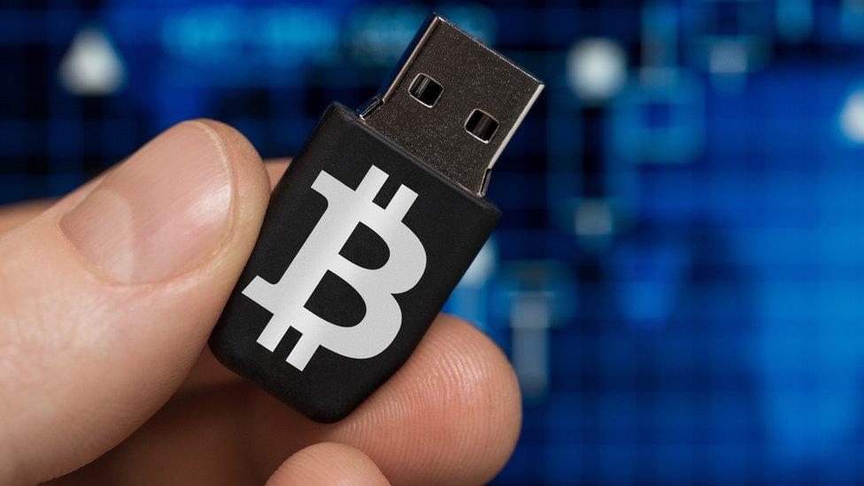Las carteras frías son discos externos donde almacenar tus bitcoin sin que estén expuestos a los peligros de la red.