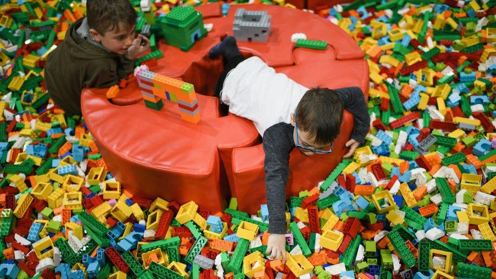 Niños jugando con piezas de Lego