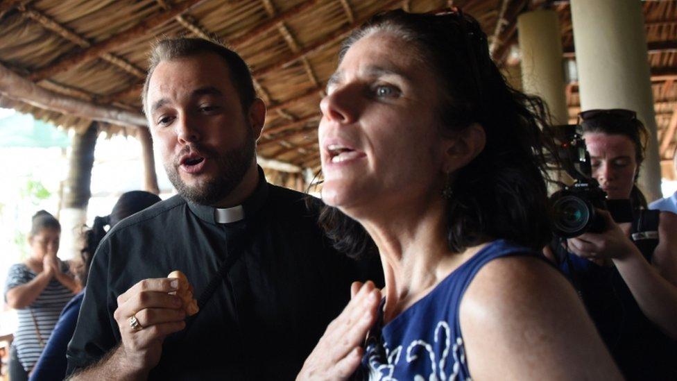 Rebecca Gomperts conversa con el seminarista Gil Hernandez luego de una conferencia de prensa en el puerto San José.