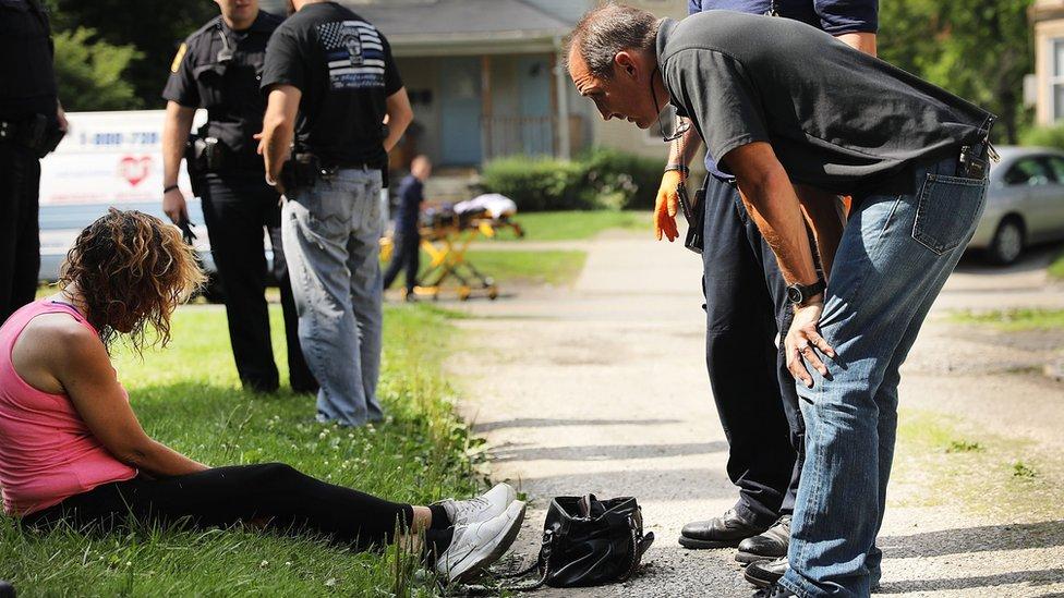 Las autoridades tratan a una mujer que tuvo una sobredosis de heroína en Ohio, Estados Unidos.
