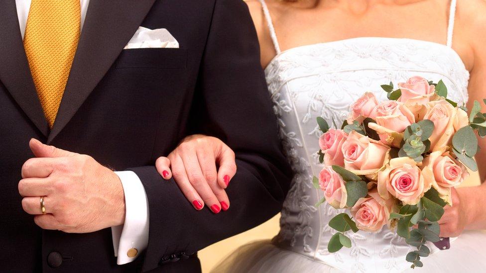 Por Qué Muchas Mujeres Aún Se Cambian El Nombre Para Usar El Apellido De Sus Maridos Bbc News Mundo