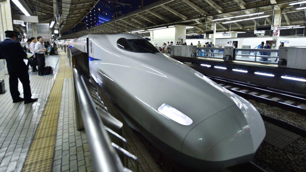 Tren en Tokio, Japón