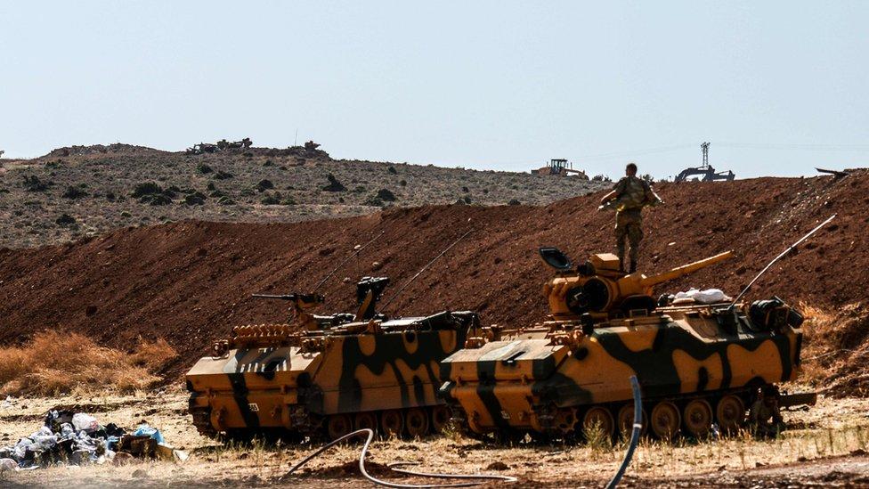 جندي تركي يقف فوق مدرعة