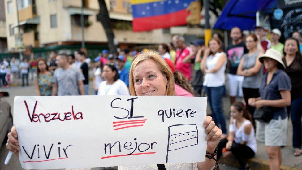 Mujer con cartel: