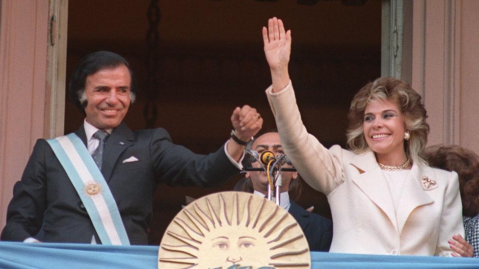 Carlos Saúl Menem fue un presidente exitoso en su momento, al menos al principio. Pero hoy en día se le recuerda como el gestor de la peor crisis económica y judicial.