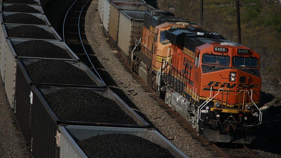Berkshire Hathaway tiene inversiones en el sector del transporte ferroviario.