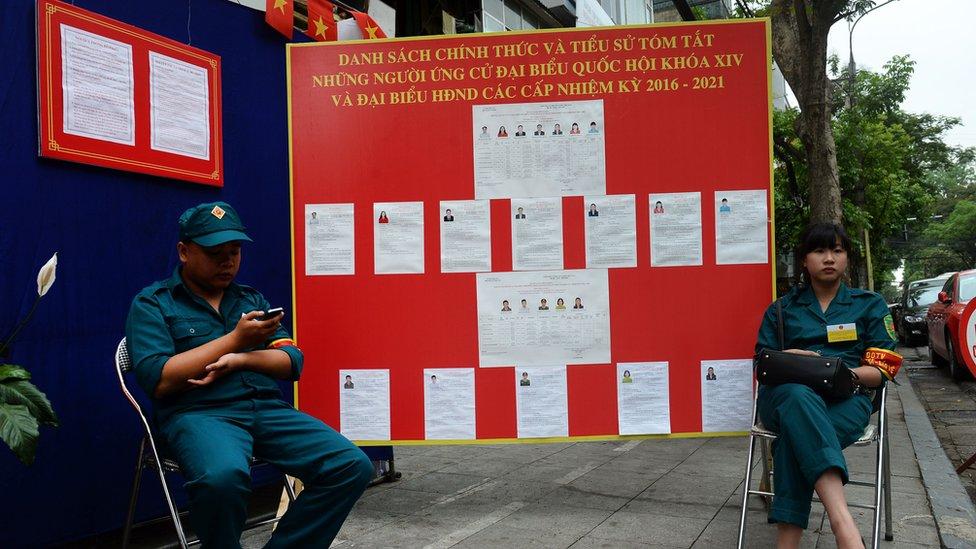 Người Việt thờ ơ dân chủ và thích quân đội?
