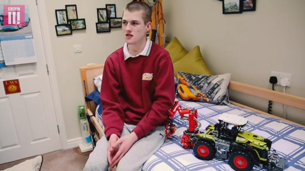 Liam puede construir independientemente intrincados vehículos eléctricos con miles de piezas de Lego.