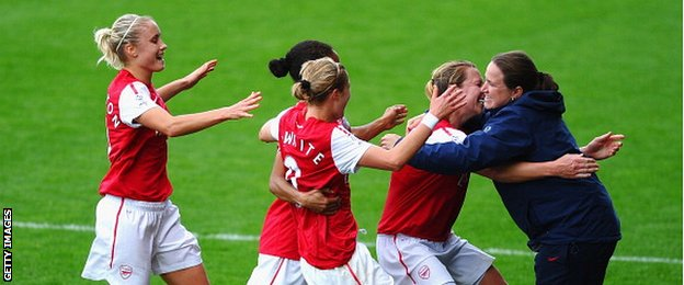 Laura Harvey embraces Arsenal team