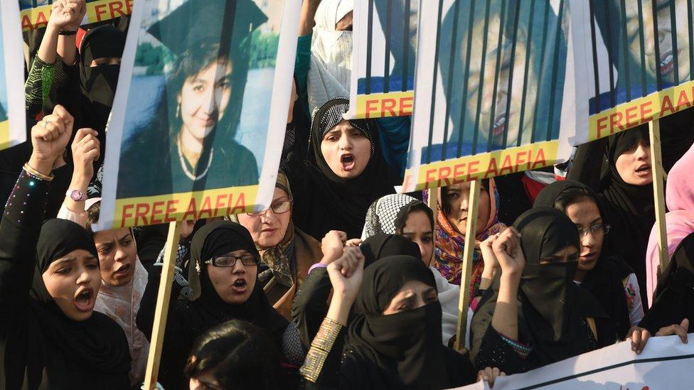 متظاهرون يحملون صور أفيا صديقي