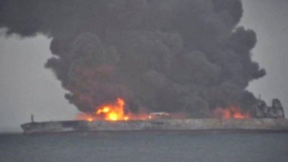 32 شخصا في عدادا لمفقودين من جراء اشتعال النيران في الناقلة