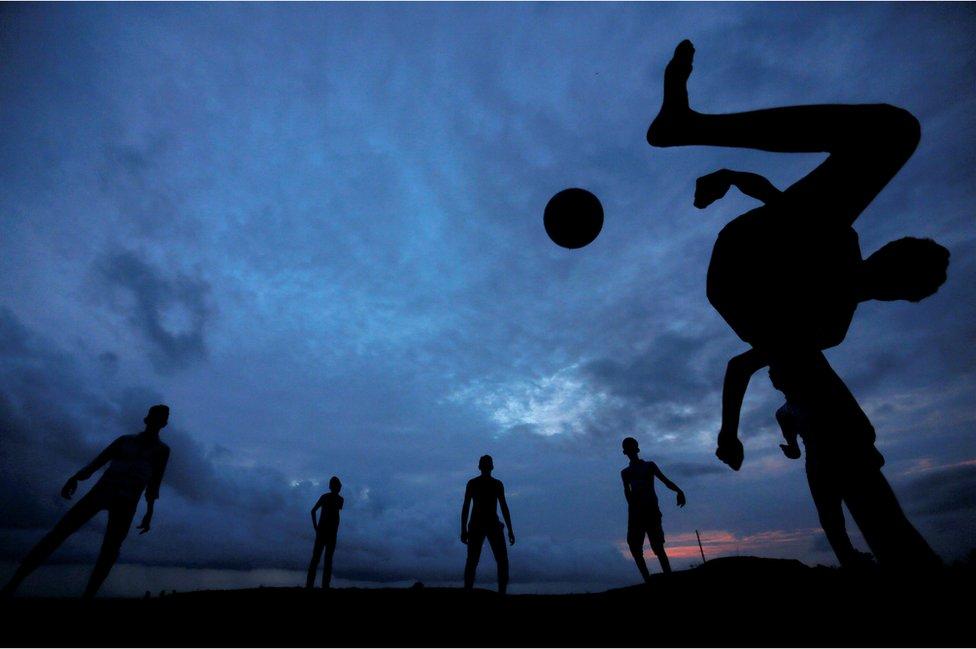 Un grupo de niños disfruta de un partido de fútbol en Galle Dutch Fort in Galle, Sri Lanka.