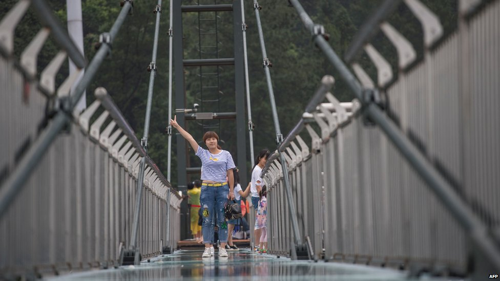 Turista sobre plataforma suspendida sobre un acantilado