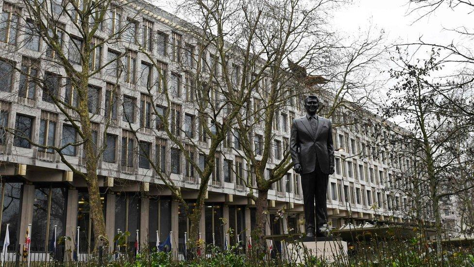 El nuevo edificio sustituye a la vieja embajada estadounidense ubicada en Grosvenor square, en el centro de Londres.