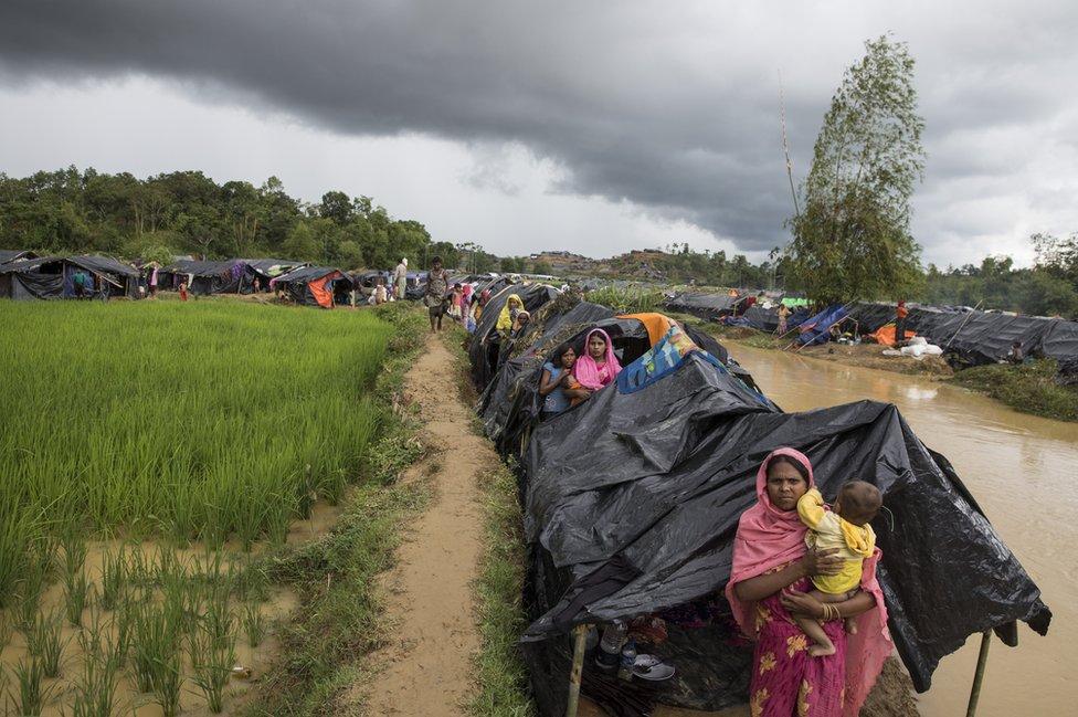 Hileras de refugios provisionales, hechos de bambú y lonas.