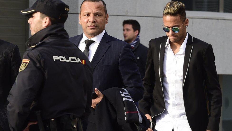Los Neymar están siendo investigados tanto por la justicia española como la brasileña a raíz del traspaso del futbolista al Barcelona en 2013.