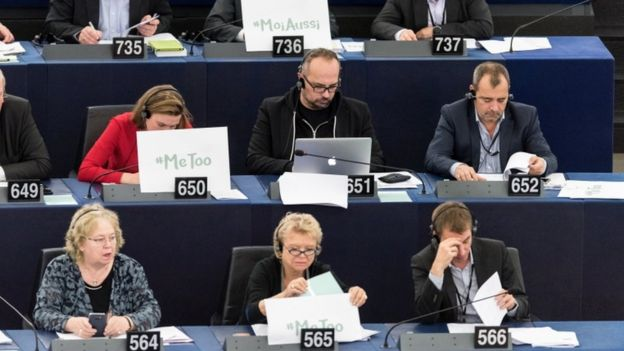 رفع عدد من عضوات البرلمان الأوروبي لافتات كتب عليها