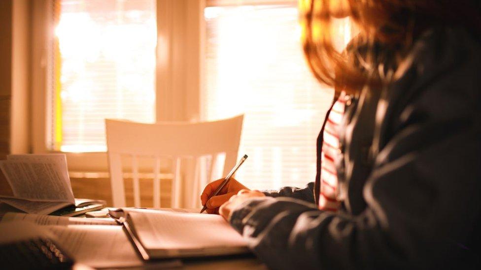 Una niña estudiando