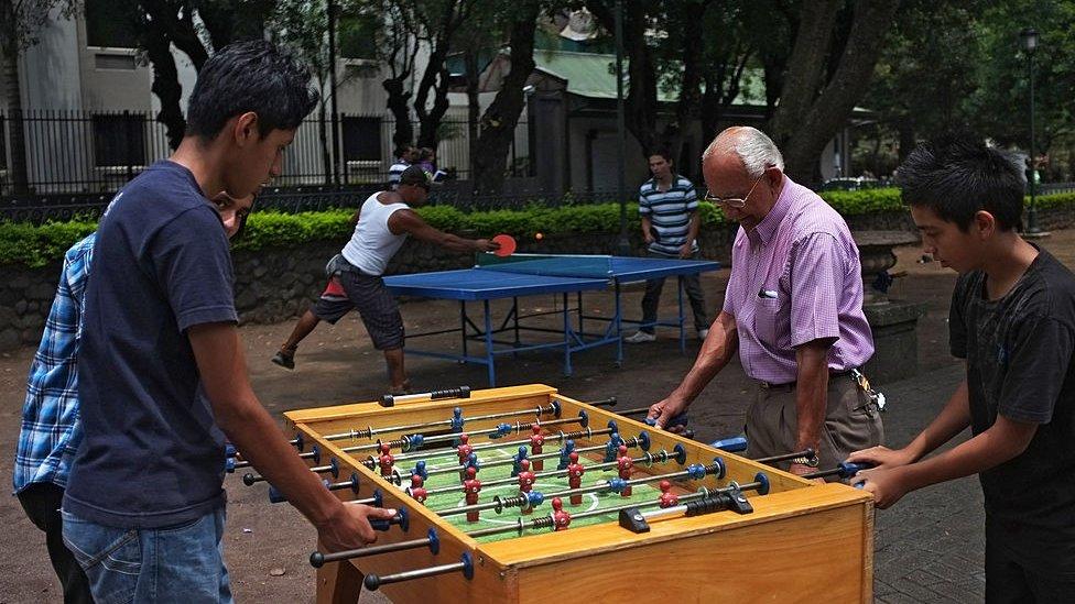 Personas jugando al futbolín en un parque de Costa Rica