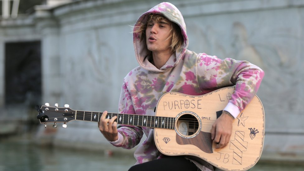 Justin Bieber serenades Hailey Baldwin outside Buckingham Palace