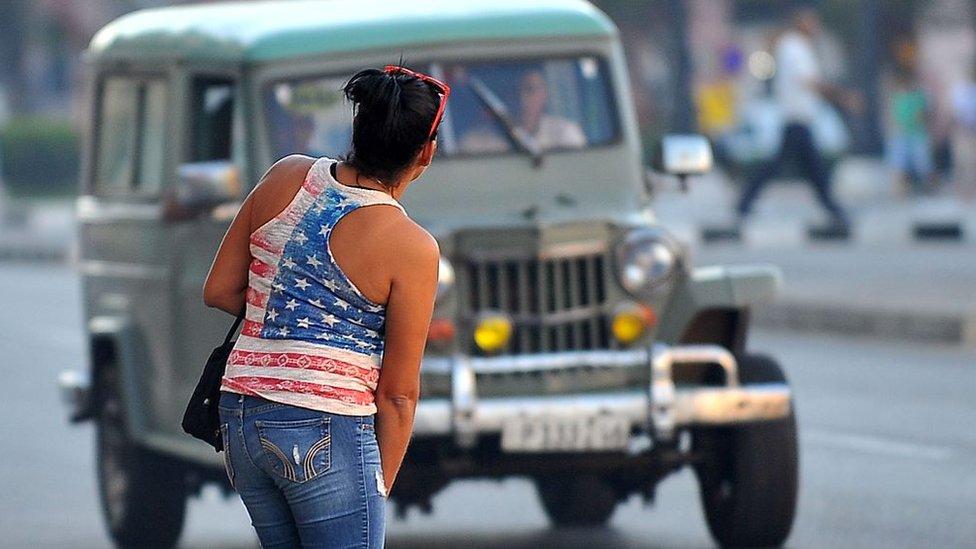 Cubana con una camiseta con la bandera de EE.UU.