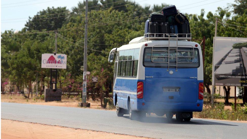 باص يحمل سياحا الى المطار في غامبيا