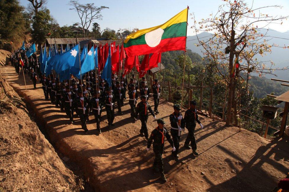 Soldados birmanos desarmados durante un desfile en Myanmar.