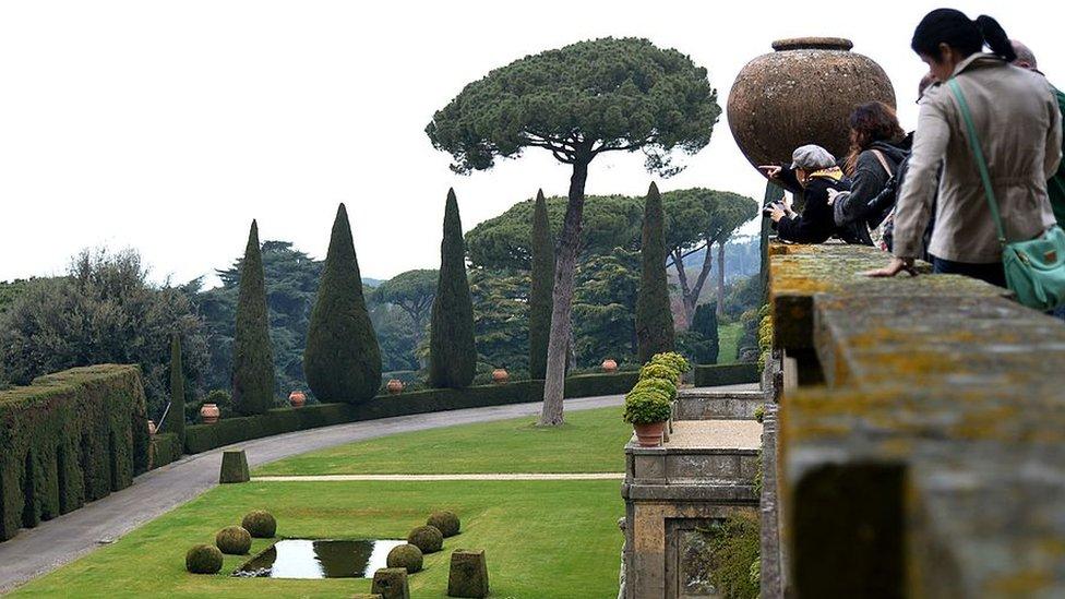 Gente en los jardines de la residencial papal en Castelgandolfo
