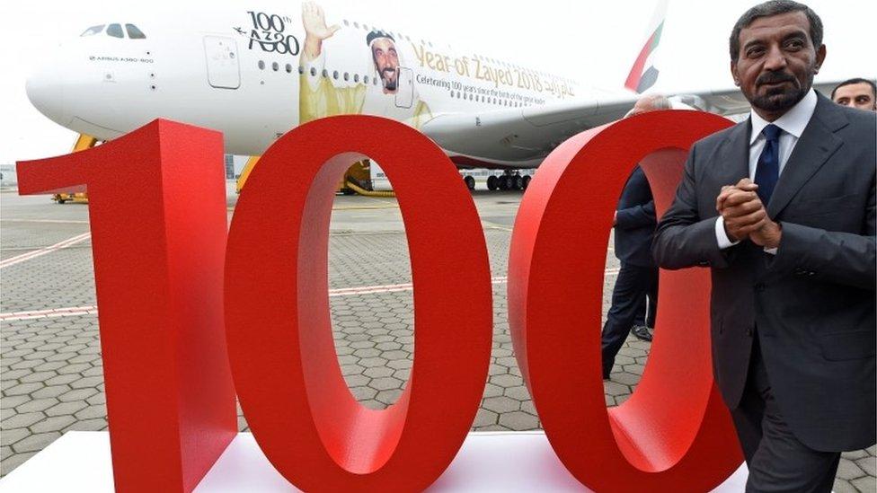 أحمد بن سعيد آل مختوم رئيس طيران الإمارات أثناء تسلم الطائرة رقم 100 من طراز ايرباص A380
