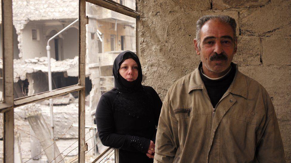 صورة أبو حسين وأم حسين في شقتهما