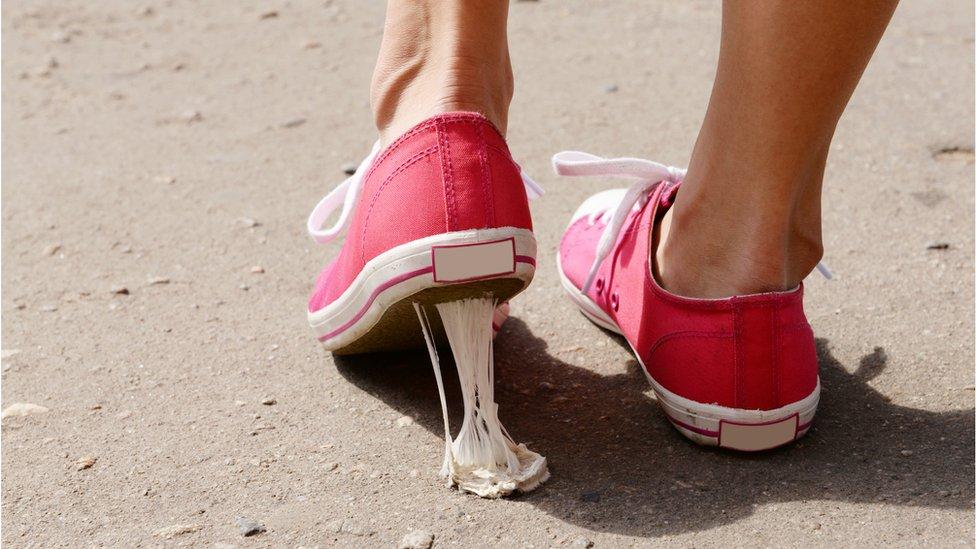 Los chicles que pisas por la calle pueden transformarse en nuevos materiales.