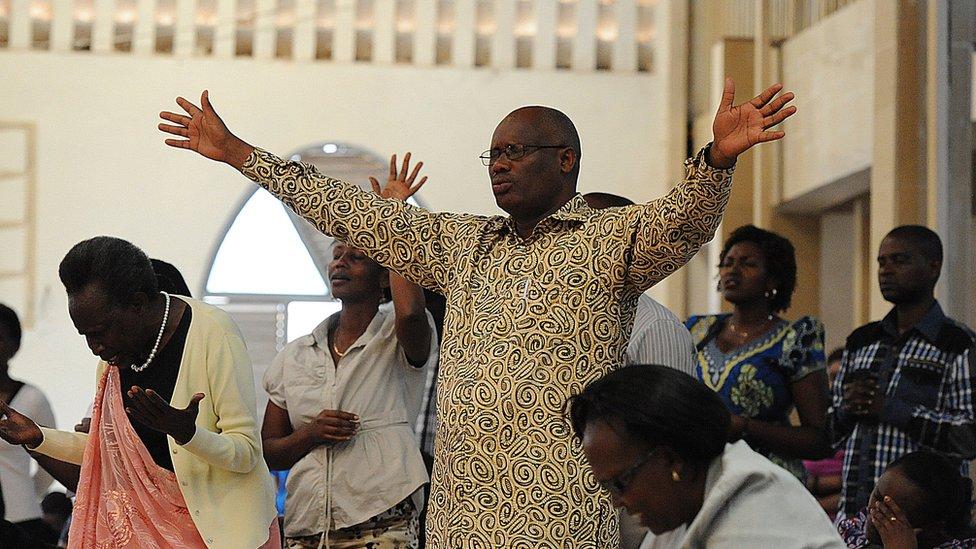 Personas en un templo de Kigali