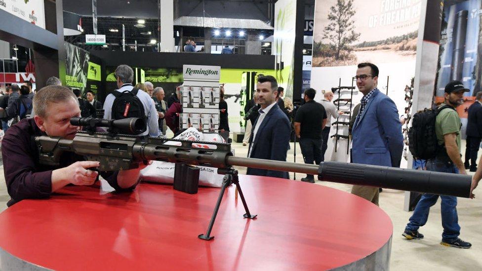 Un entusiasta de las armas prueba un rifle de Remington durante una feria en Las Vegas.