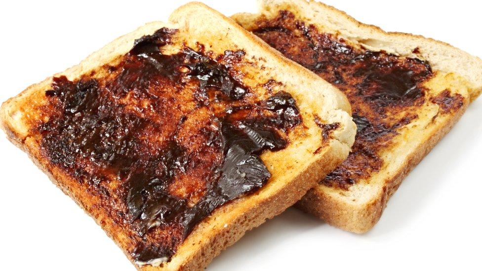 Tostada con Marmite.