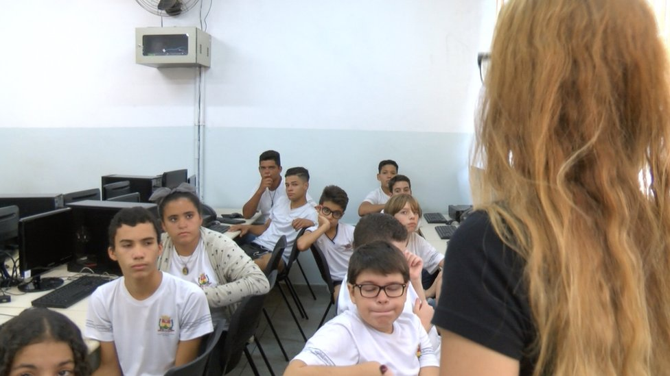 La clase de programación de computadores en una escuela pública de Brasil.