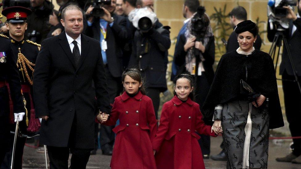 La esposa de Muscat, Michelle, fue acusada de tener una participación en la compañía Egrant, con sede en Panamá, a la que se transfirieron capitales.