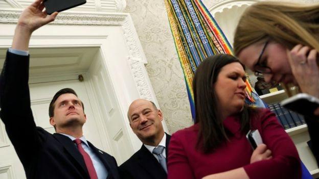 بورتر وكبير المستشارين الاقتصاديين، غيري كون، ومتحدثة البيت الأبيض، سارة ساتندرز