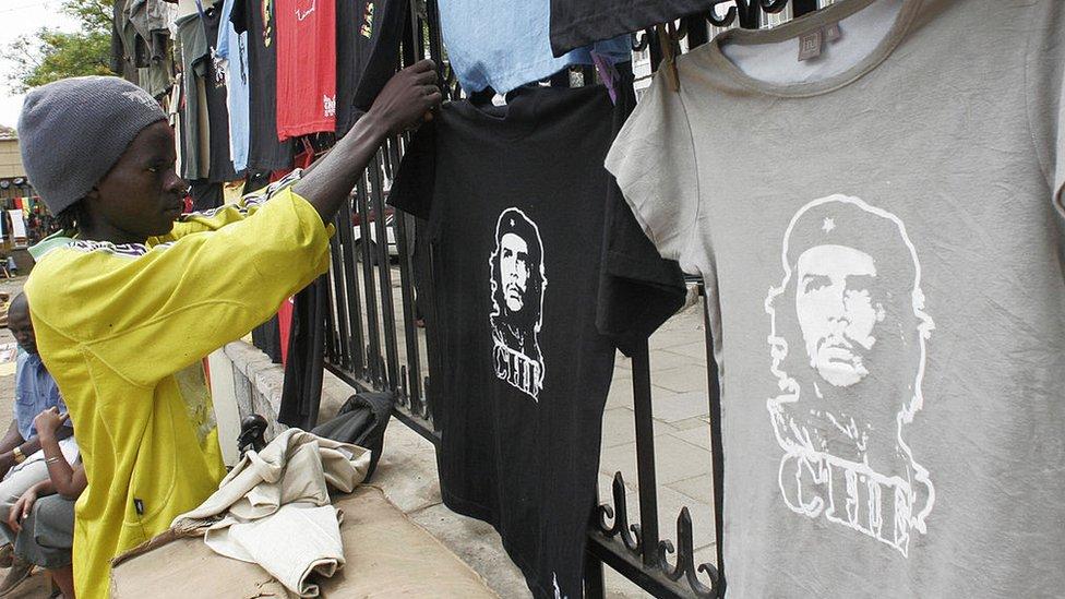 Un vendedor coloca camisetas del Che en Kenya.