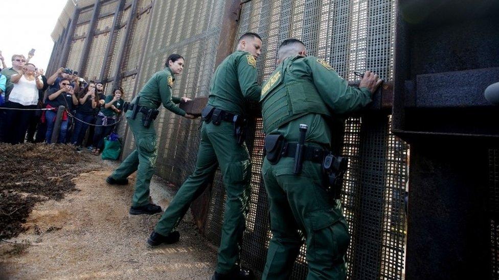 Guardias abren la puerta en la frontera