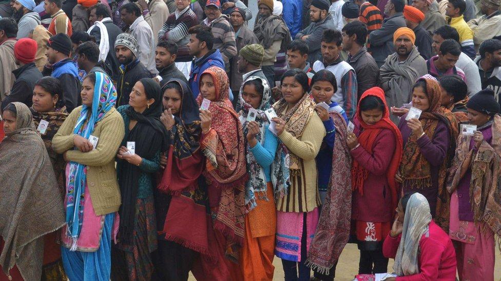 印度舉行地區選舉,民眾排隊投票