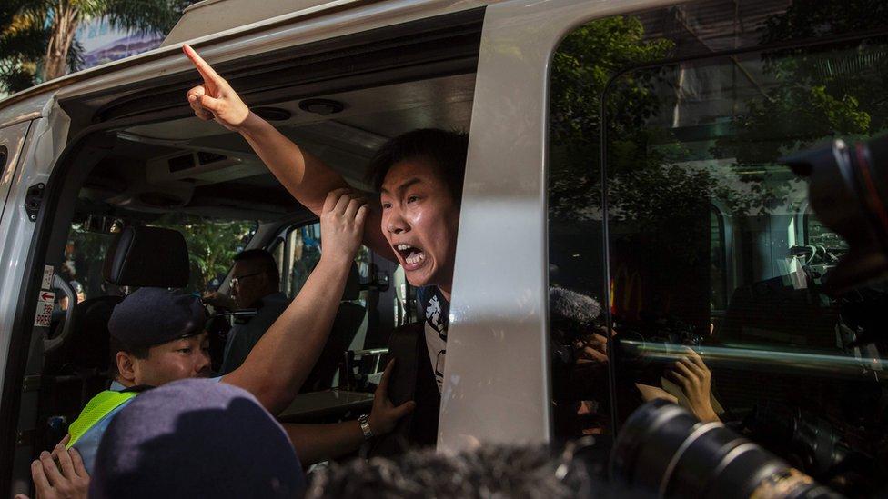 Un miembro de la Liga Social Demócrata es arrestado por la policía, tras una protesta en Hong Kong, 1 de julio de 2017
